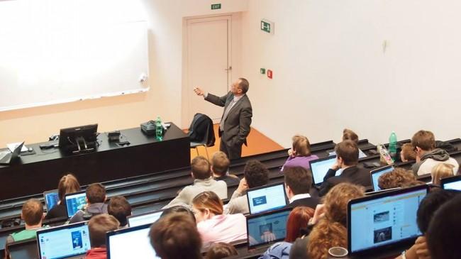 Kolik studentů se věnuje přednášce?